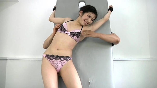 【おっぱい】拘束されながらくすぐられて感じちゃう女の子のおっぱい画像がエロすぎる!【30枚】 27