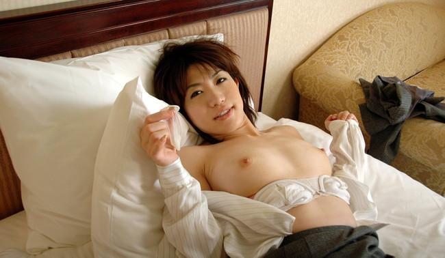 【おっぱい】着けてお互い安心安全!コンドームと一緒に写る女の子のおっぱい画像がエロすぎる!【30枚】 01