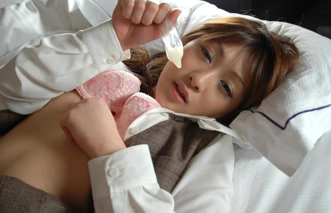 【おっぱい】着けてお互い安心安全!コンドームと一緒に写る女の子のおっぱい画像がエロすぎる!【30枚】 14