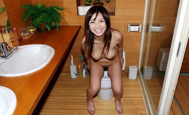 【おっぱい】トイレの中でいろいろとエッチなことをしちゃっている女の子のおっぱい画像がエロすぎる!【30枚】 03
