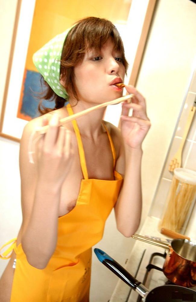 【おっぱい】裸エプロンがものすごく似合ってしまっている女の子のおっぱい画像がエロすぎる!【30枚】 28