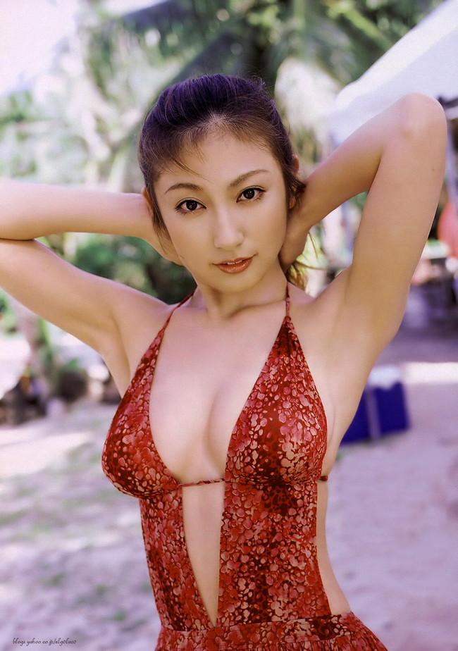【おっぱい】グラビアアイドルとして一世風靡した熊田曜子さんのおっぱい画像がエロすぎる!【30枚】 11
