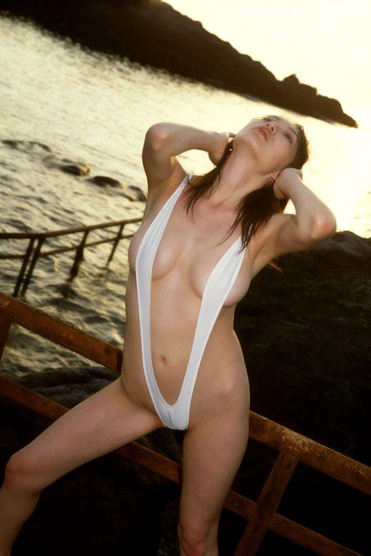【おっぱい】もはやおっぱいがこぼれ落ちそうなV字水着を着用した女の子のおっぱい画像がエロすぎる!【30枚】 23