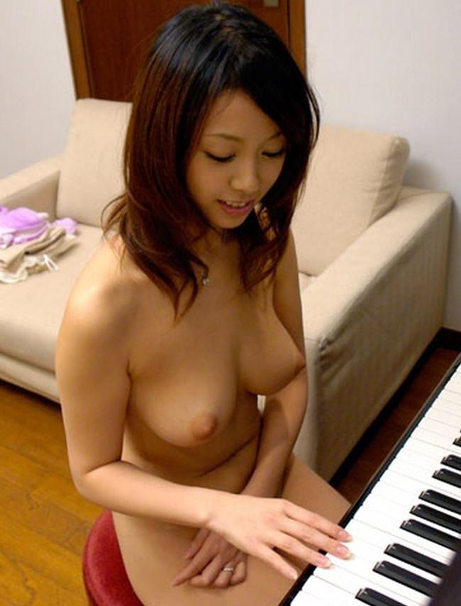 【おっぱい】楽器とエッチな姿がこんなにも合ってしまう女の子のおっぱい画像がエロすぎる!【30枚】 06