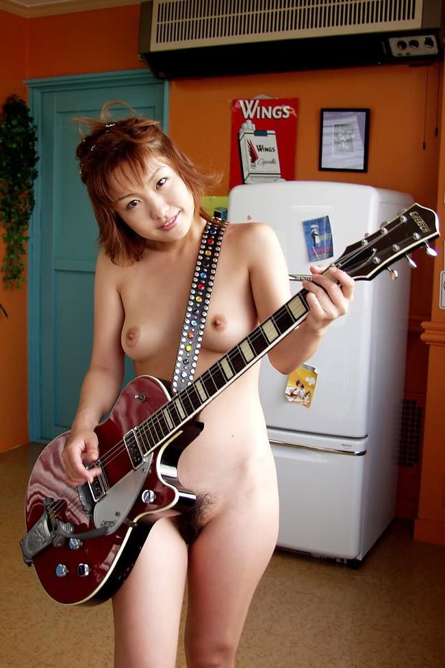 【おっぱい】楽器とエッチな姿がこんなにも合ってしまう女の子のおっぱい画像がエロすぎる!【30枚】 07