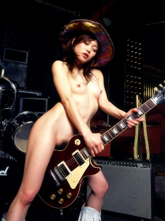 【おっぱい】楽器とエッチな姿がこんなにも合ってしまう女の子のおっぱい画像がエロすぎる!【30枚】 08