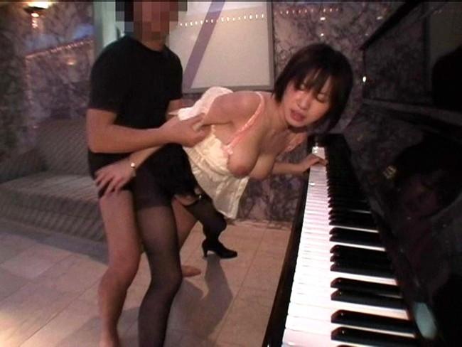 【おっぱい】楽器とエッチな姿がこんなにも合ってしまう女の子のおっぱい画像がエロすぎる!【30枚】 23