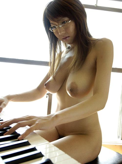 【おっぱい】楽器とエッチな姿がこんなにも合ってしまう女の子のおっぱい画像がエロすぎる!【30枚】 27