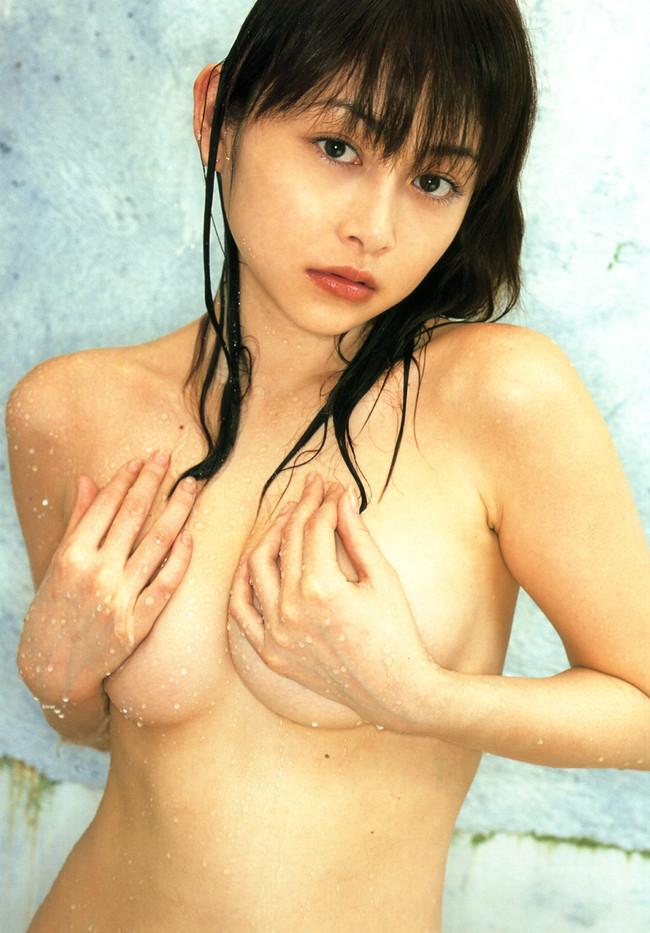 【おっぱい】おっぱいが大きくて手ブラでは収まりきれていないような女の子のおっぱい画像がエロすぎる!【30枚】 01
