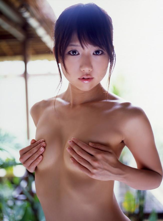 【おっぱい】おっぱいが大きくて手ブラでは収まりきれていないような女の子のおっぱい画像がエロすぎる!【30枚】 13