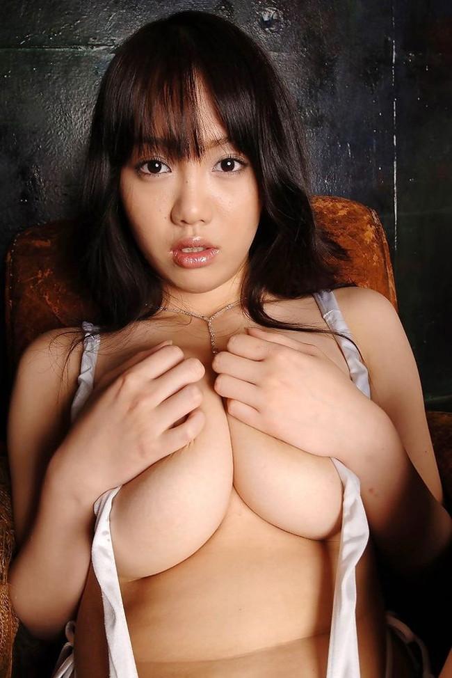 【おっぱい】おっぱいが大きくて手ブラでは収まりきれていないような女の子のおっぱい画像がエロすぎる!【30枚】 25