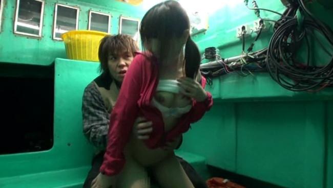 【おっぱい】開放感抜群の船の上でエッチなことをしちゃっている女の子のおっぱい画像がエロすぎる!【30枚】 11