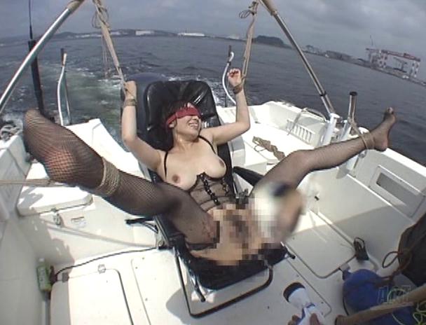 【おっぱい】開放感抜群の船の上でエッチなことをしちゃっている女の子のおっぱい画像がエロすぎる!【30枚】 15