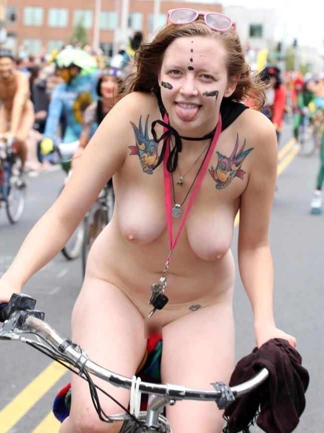 【おっぱい】素っ裸で開放感を思う存分味わう野外露出している女の子のおっぱい画像がエロすぎる!【30枚】 03