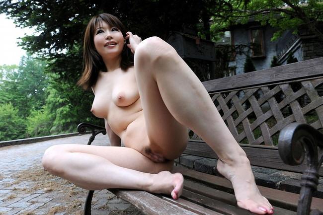 【おっぱい】素っ裸で開放感を思う存分味わう野外露出している女の子のおっぱい画像がエロすぎる!【30枚】 06