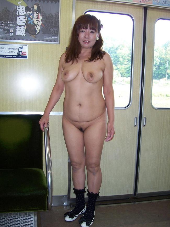 【おっぱい】素っ裸で開放感を思う存分味わう野外露出している女の子のおっぱい画像がエロすぎる!【30枚】 07