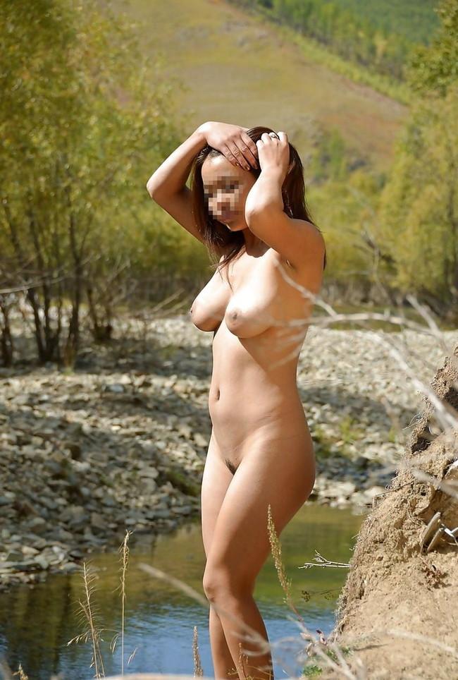 【おっぱい】素っ裸で開放感を思う存分味わう野外露出している女の子のおっぱい画像がエロすぎる!【30枚】 11
