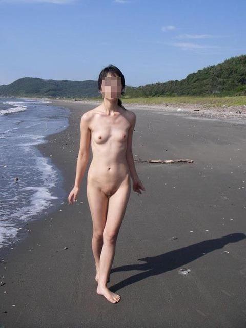 【おっぱい】素っ裸で開放感を思う存分味わう野外露出している女の子のおっぱい画像がエロすぎる!【30枚】 24