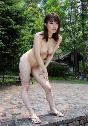 【おっぱい】素っ裸で開放感を思う存分味わう野外露出している女の子のおっぱい画像がエロすぎる!【30枚】 25