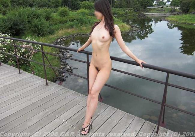 【おっぱい】素っ裸で開放感を思う存分味わう野外露出している女の子のおっぱい画像がエロすぎる!【30枚】 28