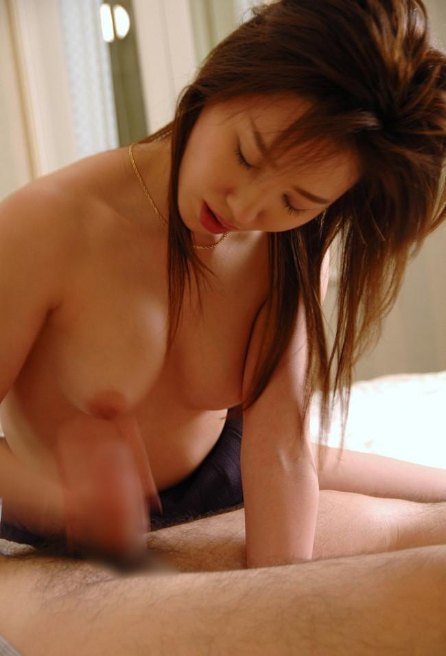 【おっぱい】手コキ姿が様になってエロくて魅力的な女性のおっぱい画像がエロすぎる!【30枚】 10