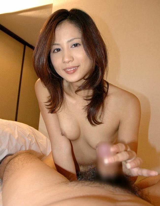 【おっぱい】手コキ姿が様になってエロくて魅力的な女性のおっぱい画像がエロすぎる!【30枚】 22
