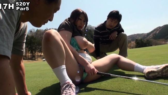 【おっぱい】ゴルフを楽しむ前にエッチなことを楽しみたくなっちゃうキャディさんのおっぱい画像がエロすぎる!【30枚】 11