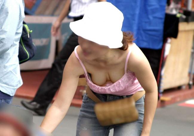 【おっぱい】気の緩みが服を緩ませる!胸チラしちゃっている女の子のおっぱい画像がエロすぎる!【30枚】 24