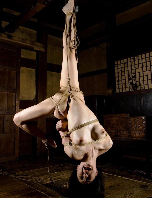 【おっぱい】緊縛プレイの最高峰!逆さ吊りで縛られちゃっている女性のおっぱい画像がエロすぎる!【30枚】 05