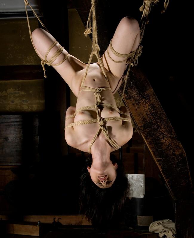 【おっぱい】緊縛プレイの最高峰!逆さ吊りで縛られちゃっている女性のおっぱい画像がエロすぎる!【30枚】 06