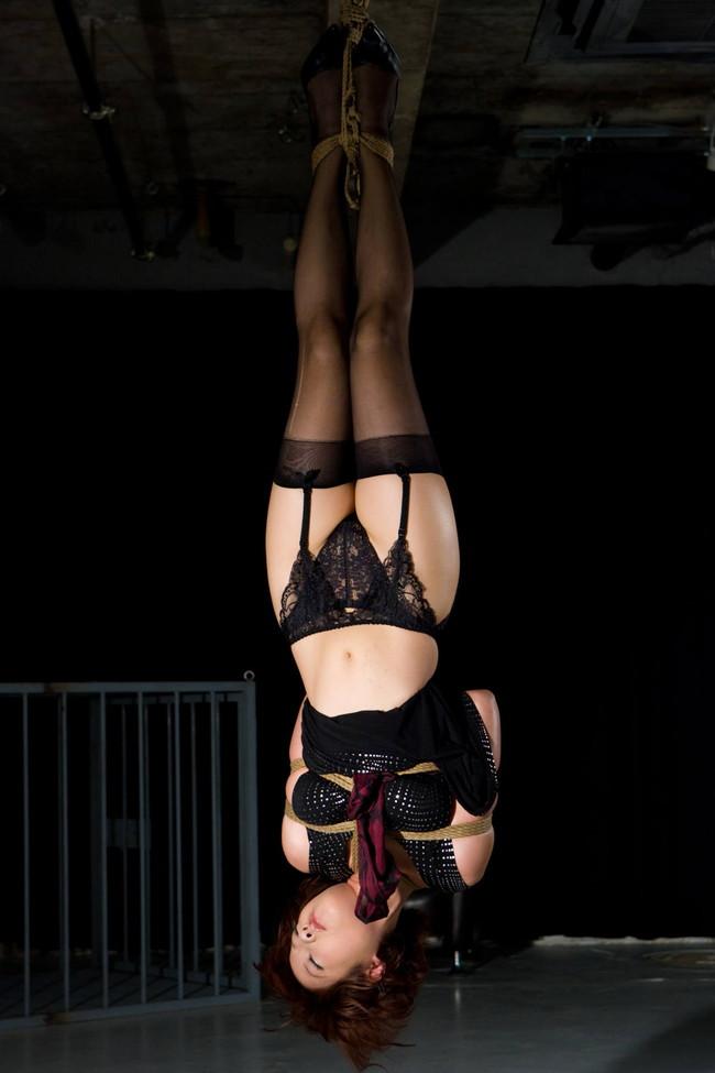 【おっぱい】緊縛プレイの最高峰!逆さ吊りで縛られちゃっている女性のおっぱい画像がエロすぎる!【30枚】 11