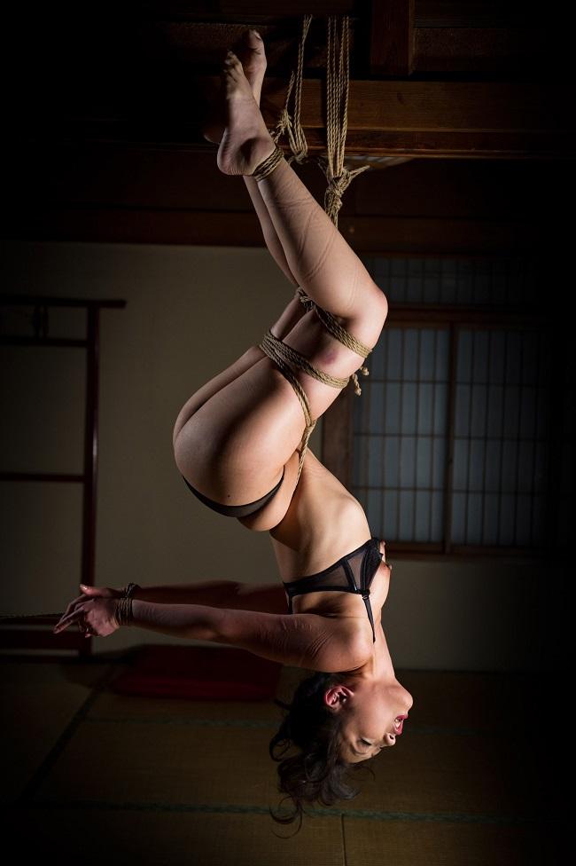 【おっぱい】緊縛プレイの最高峰!逆さ吊りで縛られちゃっている女性のおっぱい画像がエロすぎる!【30枚】 14