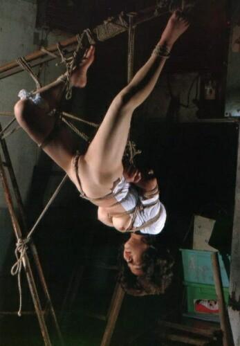 【おっぱい】緊縛プレイの最高峰!逆さ吊りで縛られちゃっている女性のおっぱい画像がエロすぎる!【30枚】 26