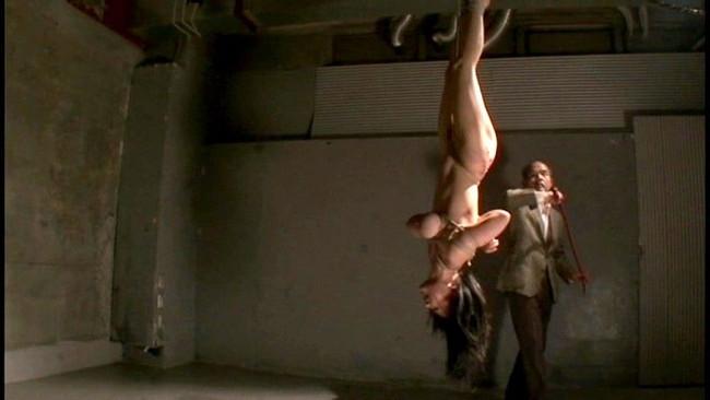 【おっぱい】緊縛プレイの最高峰!逆さ吊りで縛られちゃっている女性のおっぱい画像がエロすぎる!【30枚】 27