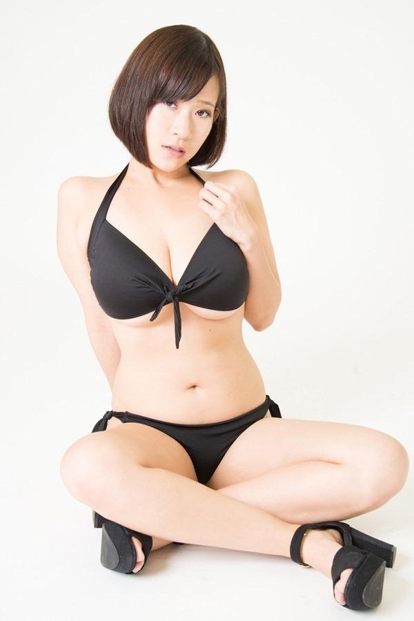【おっぱい】Iカップの爆乳で過激なスタイルにこだわるグラビアアイドルの日比谷亜美ちゃんの大きなおっぱい画像がエロすぎる!【30枚】 12