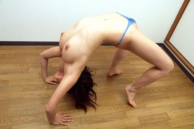 【おっぱい】体育の時によくやっていたブリッジを裸でやってしまう女の子のおっぱい画像がエロすぎる!【30枚】 05
