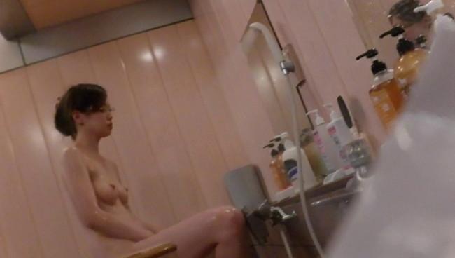 【おっぱい】本当は見ることができないんだけどお風呂の中を盗撮されちゃった女性のおっぱい画像がエロすぎる!【30枚】 01