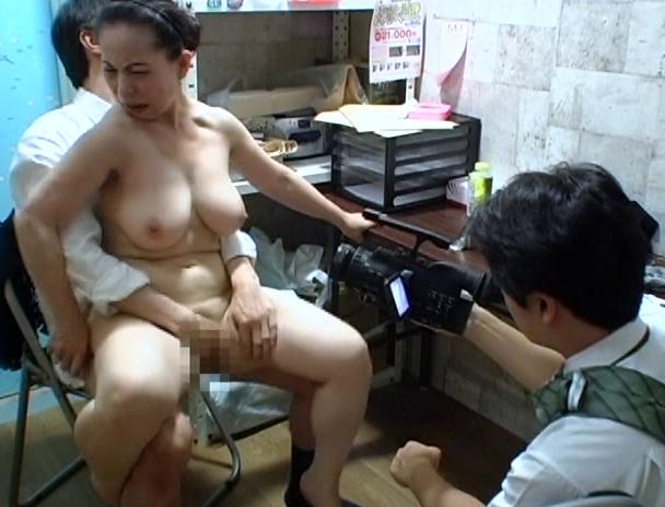 【おっぱい】万引きをしたら体で何もかも払わされた女性のおっぱい画像がエロすぎる!【30枚】 01