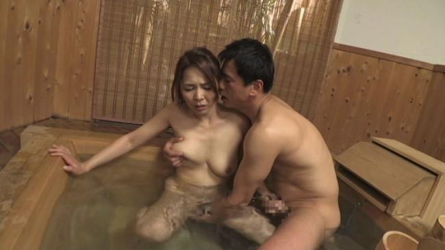 【おっぱい】温泉旅行で二組の夫婦がスワッピングでものすごいセックスをしている画像がエロすぎる!【30枚】 01