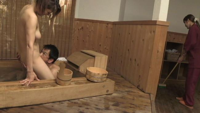 【おっぱい】温泉旅行で二組の夫婦がスワッピングでものすごいセックスをしている画像がエロすぎる!【30枚】 08