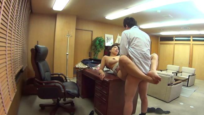 【おっぱい】会社内での飲み会で場所関係なくセックスを始めちゃっているOLさんのおっぱい画像がエロすぎる!【30枚】 05