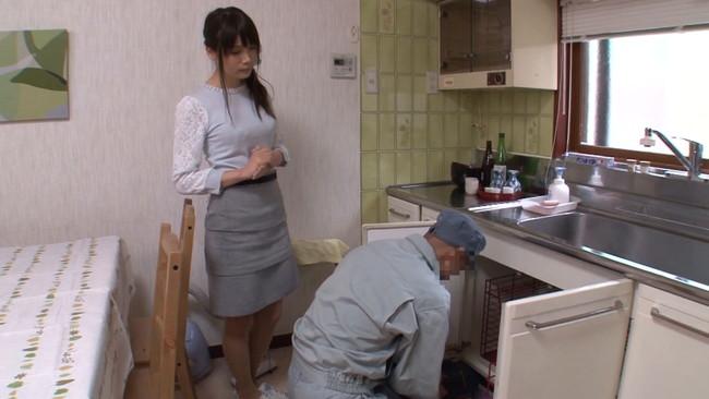 【おっぱい】一人でいるところを家の中で何度も犯されてしまう人妻のおっぱい画像がエロすぎる!【30枚】 08