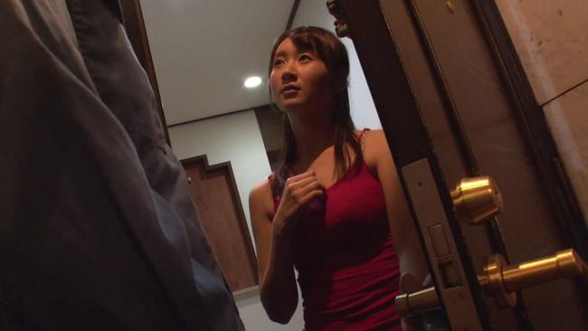 【おっぱい】一人でいるところを家の中で何度も犯されてしまう人妻のおっぱい画像がエロすぎる!【30枚】 18