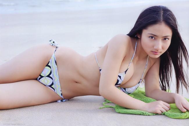 【おっぱい】幼い頃からFカップの巨乳で今でも大人気なグラビアアイドルの紗綾ちゃんの大きなおっぱい画像がエロすぎる!【30枚】 03