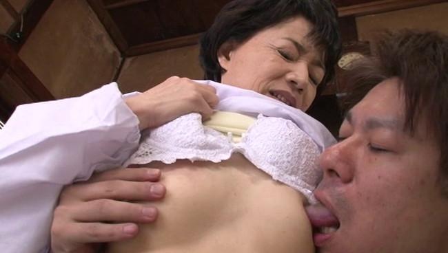 【おっぱい】ちっぱいなんて関係ない!セックスの技術はベテランでイカせまくる熟女な女性のおっぱい画像がエロすぎる!【30枚】 09
