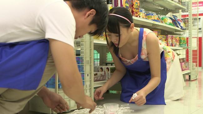 【おっぱい】店長に見つかったら大変!アルバイト中に手を出されてしまった女の子のおっぱい画像がエロすぎる!【30枚】 07