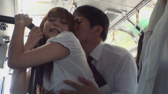 【おっぱい】バスの中で思わず犯してみたくなっちゃうようなエロいOLさんのおっぱい画像がエロすぎる!【30枚】 07