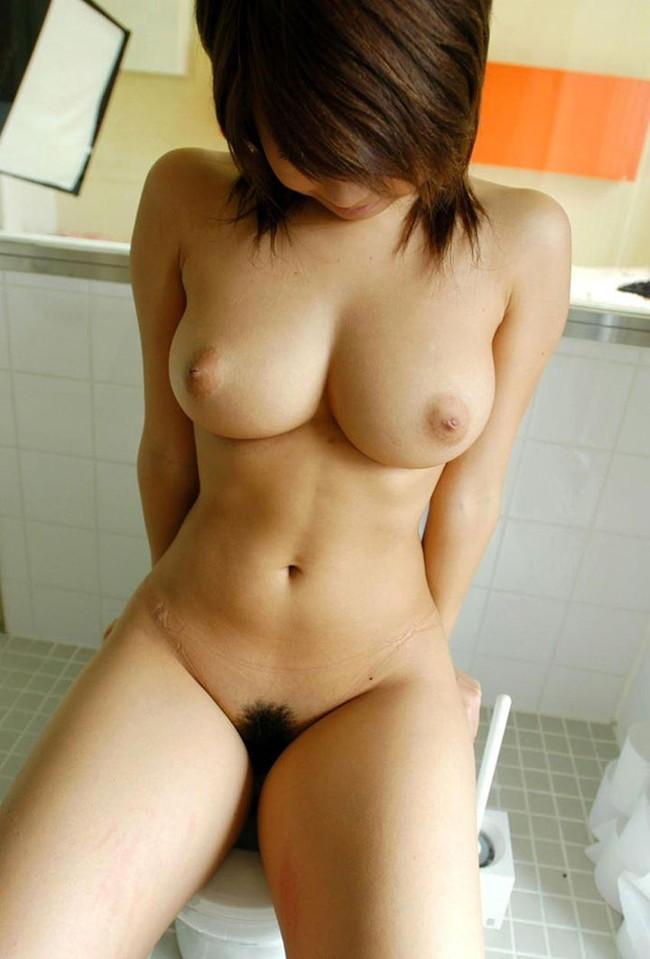 【おっぱい】トイレの中で丸出しにしたおっぱいがエロすぎる! 06