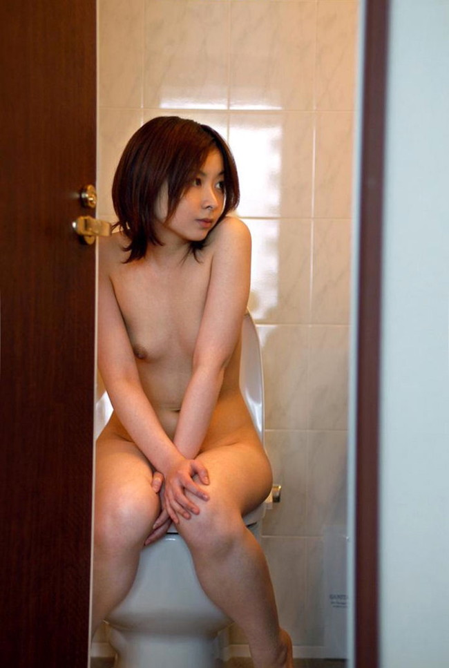 【おっぱい】トイレの中で丸出しにしたおっぱいがエロすぎる! 28
