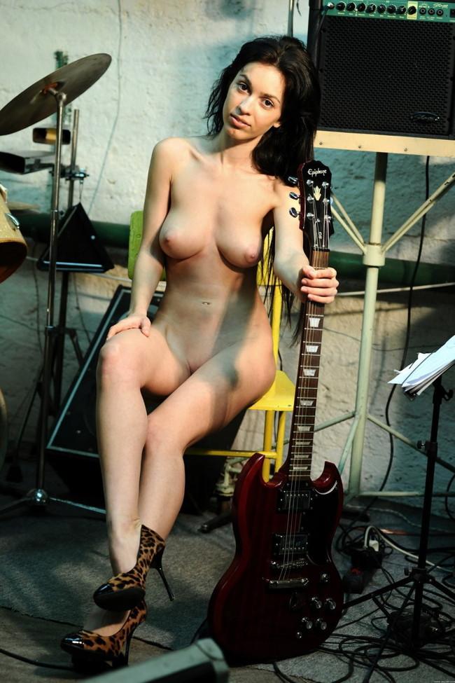 【おっぱい】おっぱいとギターのコラボがロックでエロすぎる! 25